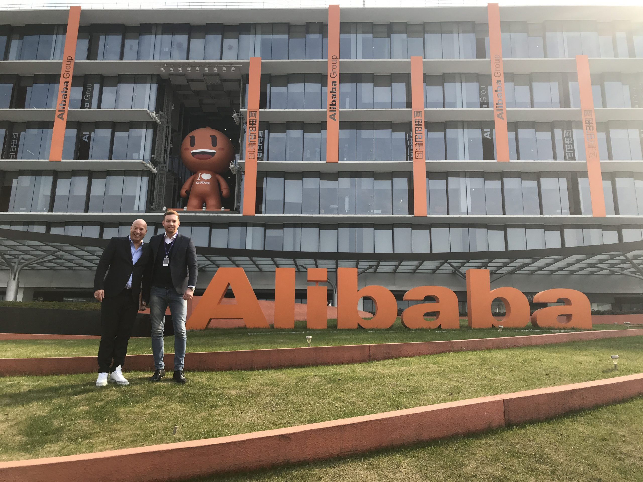Manuel Gerres von Deutsche Bahn Digital mit Christopher Jahns von der XU Group zu Besuch bei Alibaba