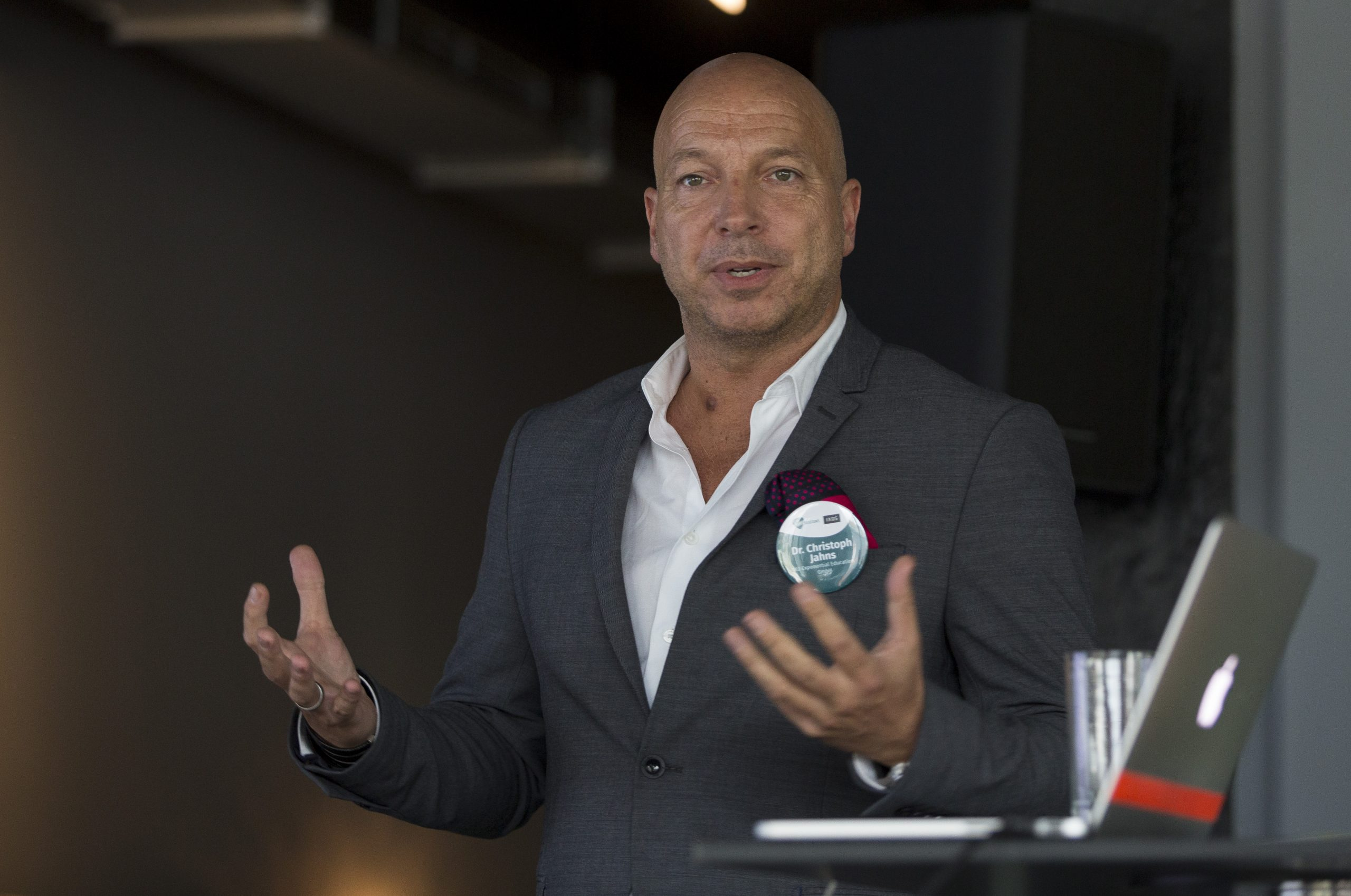 Christopher Jahns, Founder der XU Groups, auf einem Vortrag 2016