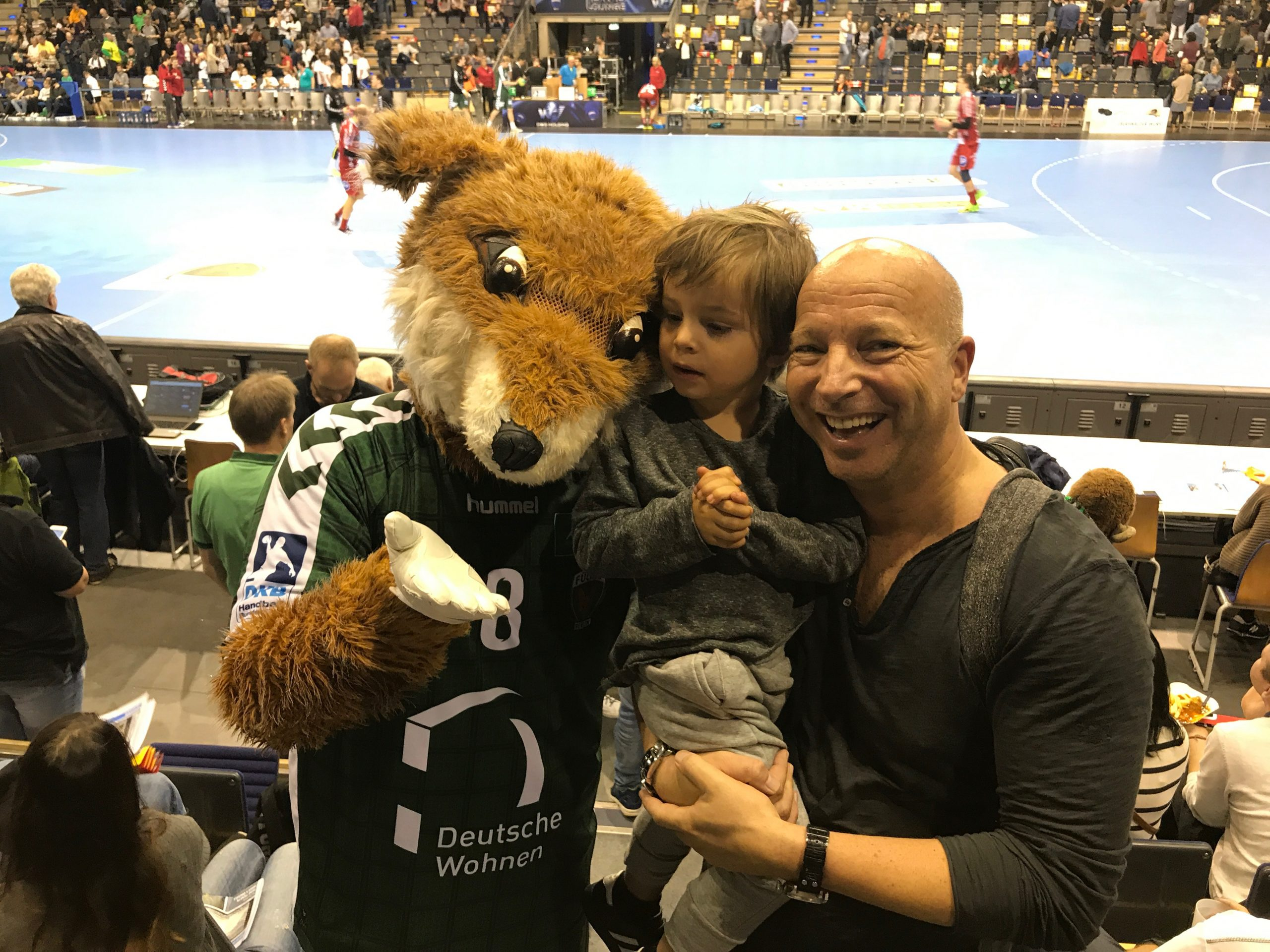Private Aufnahme von Christopher Jahns mit Sohn Luis beim Handballspiel in Berlin