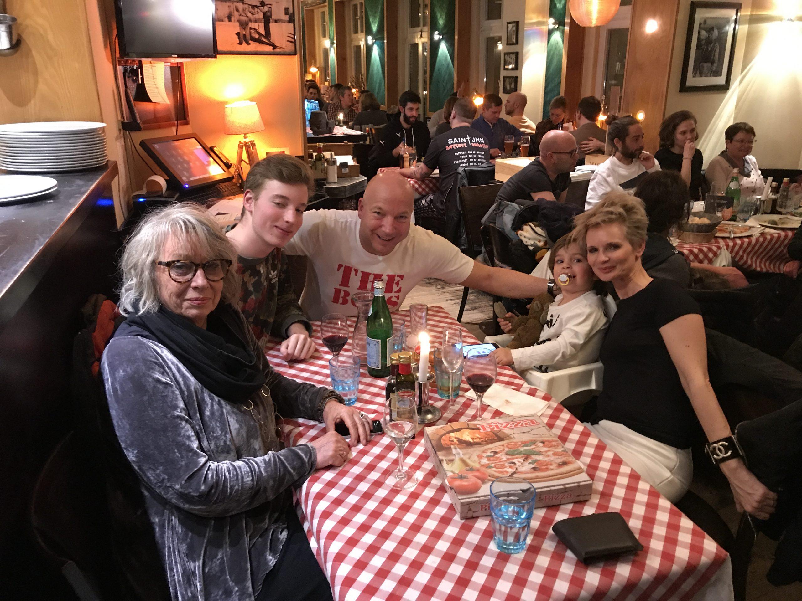 Christopher Jahns mit Ehefrau Nicole Gaiziunas Jahns, Luis und Laurin Jahns und seiner Mutter beim Essen